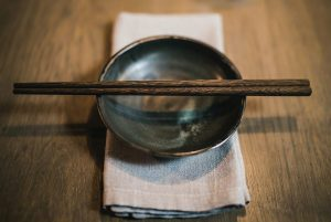 Read more about the article 【Manners】HOW TO USE CHOPSTISKS/箸の使い方